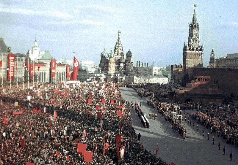 1963 Тысячи людей приветствуют премьер-министра Республики Куба Фиделя Кастро на Красной площади. Лев Носов, РИА.jpg
