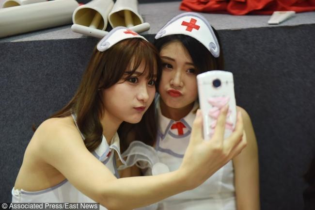 © East News  Все девушки Китая знают: чтобы получилось хорошее селфи, надо держать смартфон чу