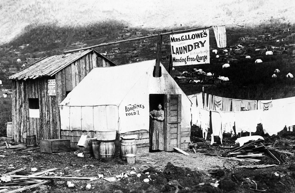 Золотая лихорадка началась в 1896—1897 гг, т.е. спустя около 30 лет после продажи Аляски за 7.2