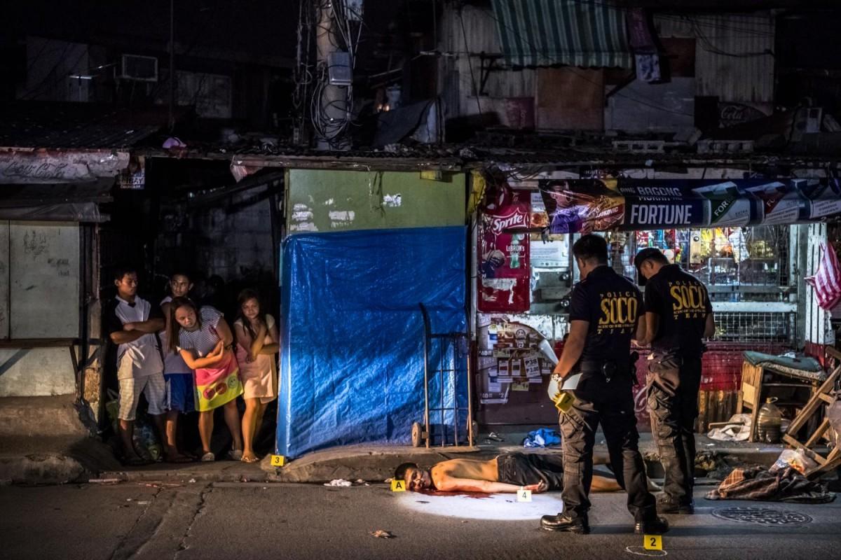 За 35 дней, что Береулак провел в Маниле, он сфотографировал тела 57 жертв полицейского произвола. У