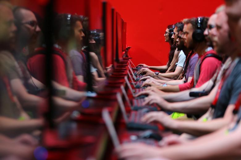 Посетитель выставки играет в видеоигру.