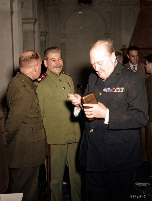 Сталин и Черчилль во время конференции в Ялте. Февраль 1945 года.
