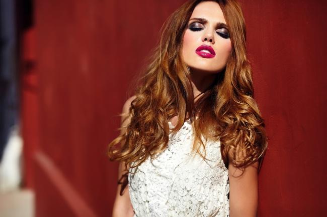 © DEPOSITPHOTOS  Если увас темно-рыжие волосы , топри создании дневного макияжа лучше исполь