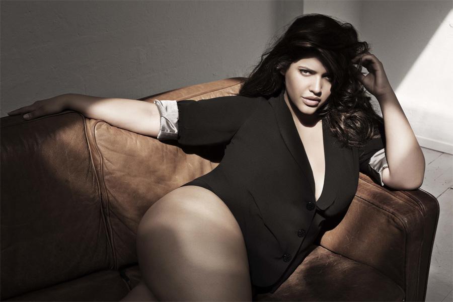Дэнис стала первой и единственной моделью плюс-сайз, вышедшей на подиум знаменитого фешен-шоу Се