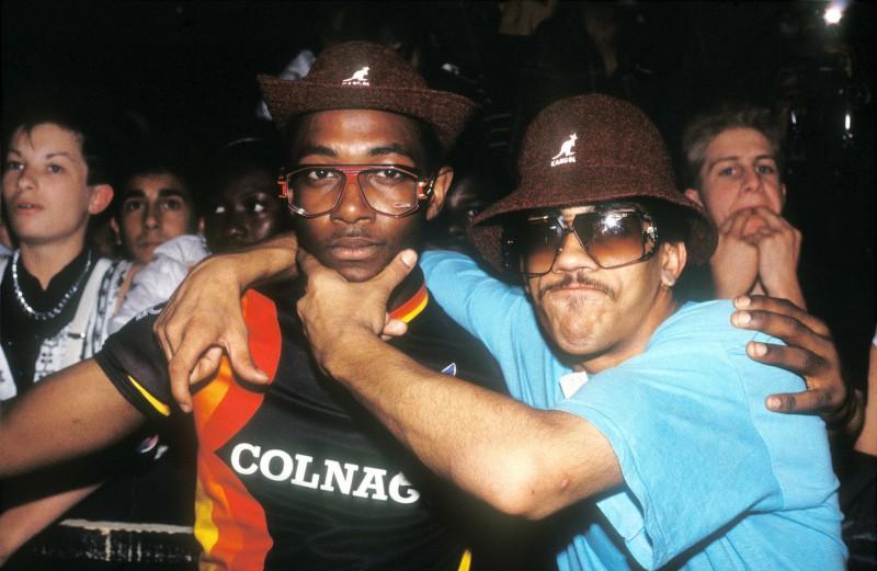 Хип-хоп-фанаты в панамах Kangol позируют для фото, Лондон, 1986 год.