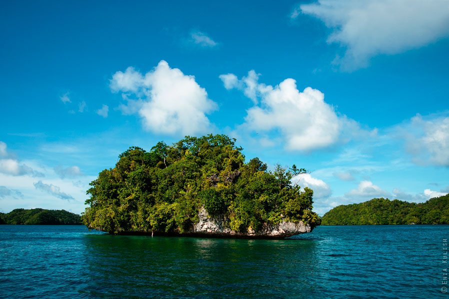 Озеро находится в центре одного из крупных островов, окруженного десятками более мелких. Наш ма