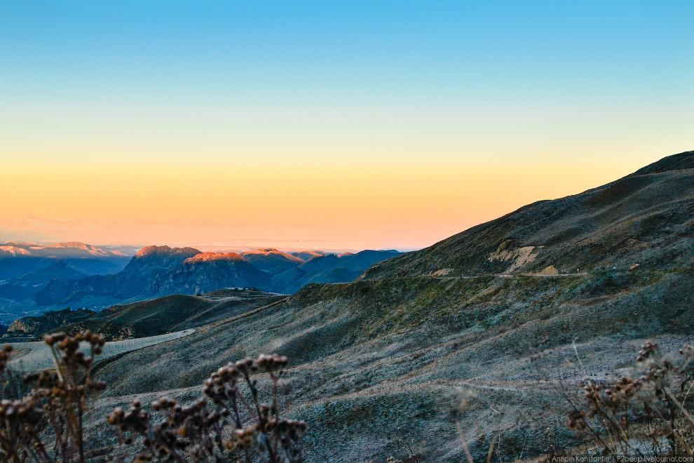 18. Небольшое живописное озеро Кара-Кель лежит в пределах охранной зоны Тебердинского заповед