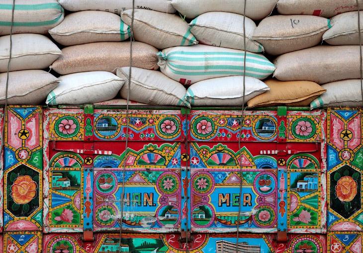 2. В Пакистане люди исповедуют целый культ грузовиков. Здесь существует целая армия художников, спец