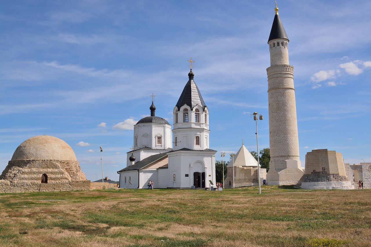 Северный мавзолей, Успенская церковь и большой минарет
