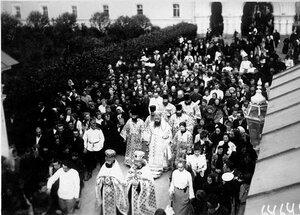 Выход крестного хода Первой Российской Сергиевской школы трезвости из Троице-Сергиевой пустыни.