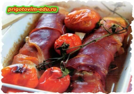 Горбуша, запечённая с ветчиной и помидорами черри