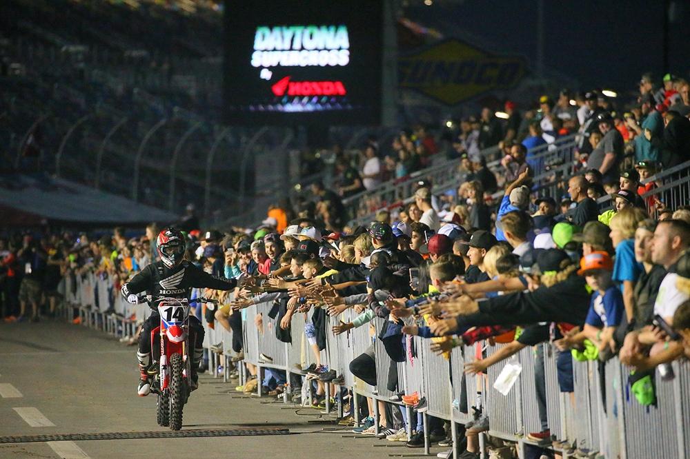 AMA Supercross 2017, этап 10 - Дэйтона (фото)