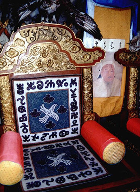 Реконструкция трона Чингисхана с родовой тамгой со свастикой.