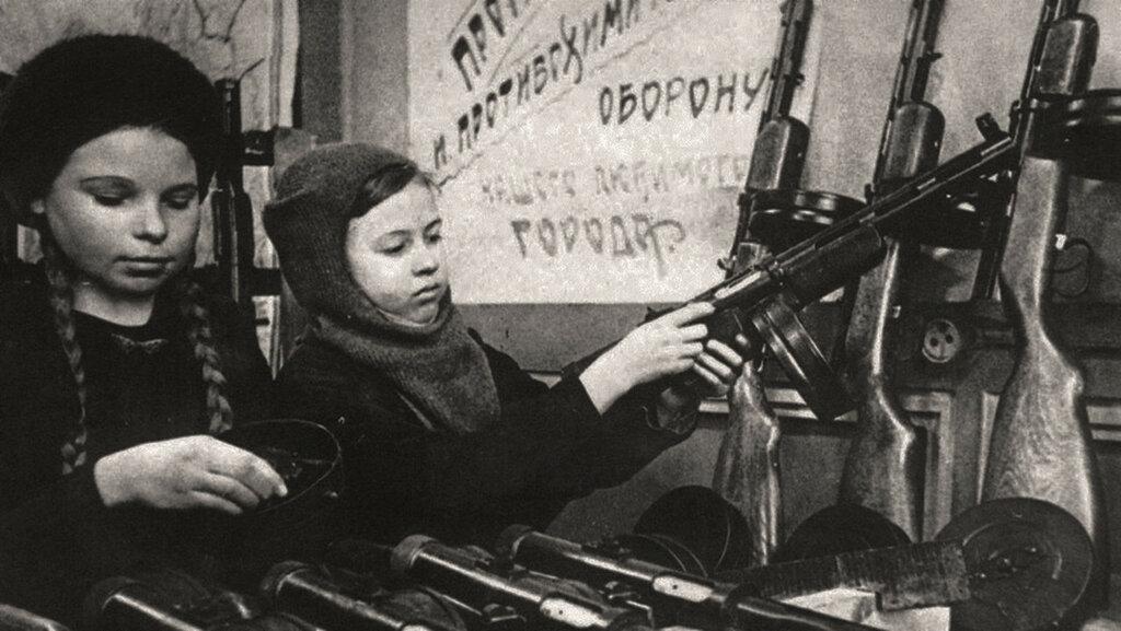 Дети на сборке автомата ППД-40, Новокузнецк, 1943 год..jpg