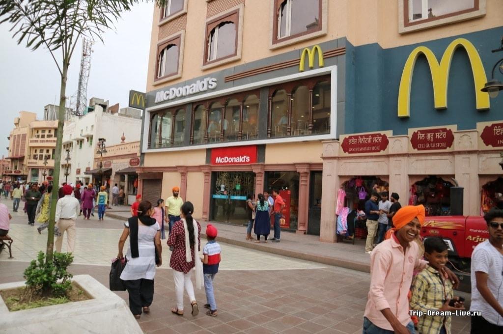 McDonald's на пешеходной улице в Амритсаре