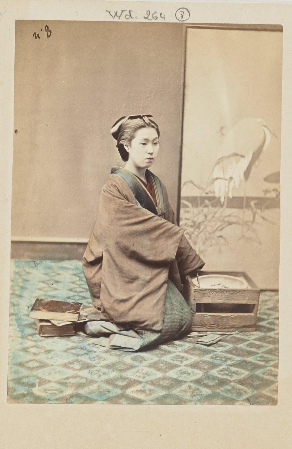 Молодая женщина возле жаровни