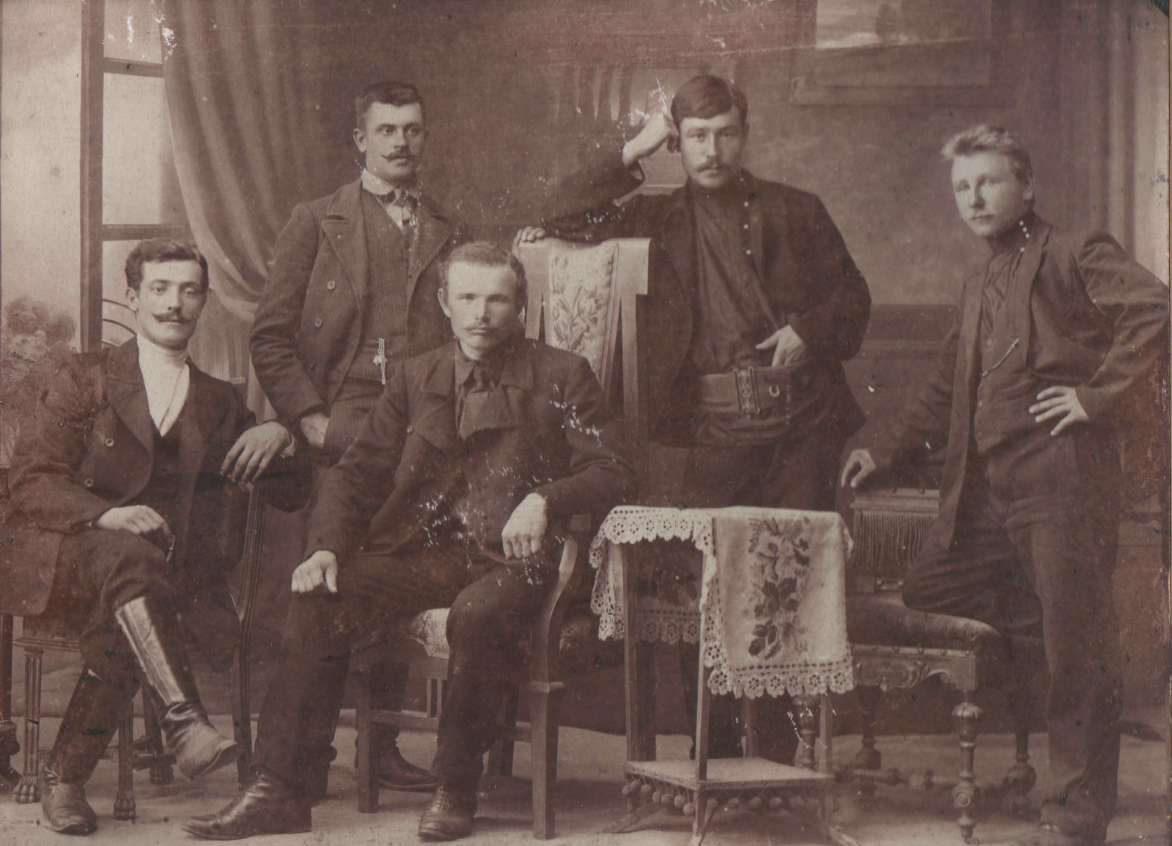 Групповой портрет строителей железнодорожного моста через Оку. 1910