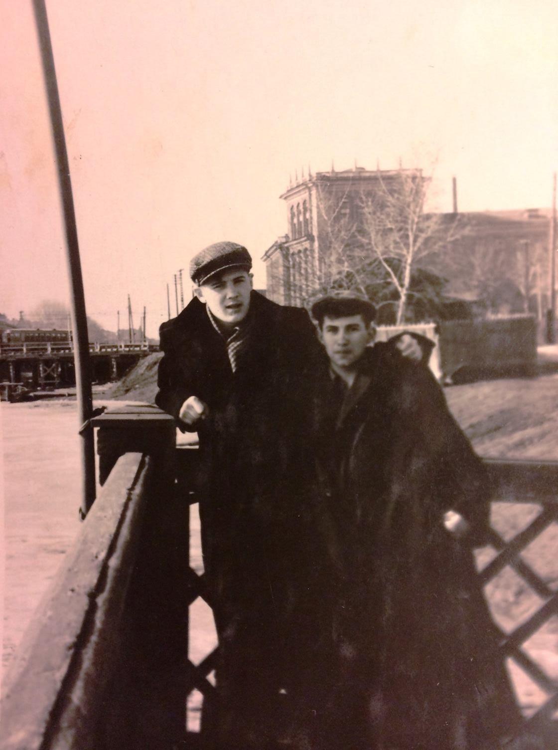 1954-1956. Озеро Кабан, лодочная станция Спартак. Слева Гатаев Валерий Закирович - народный артист РСФСР
