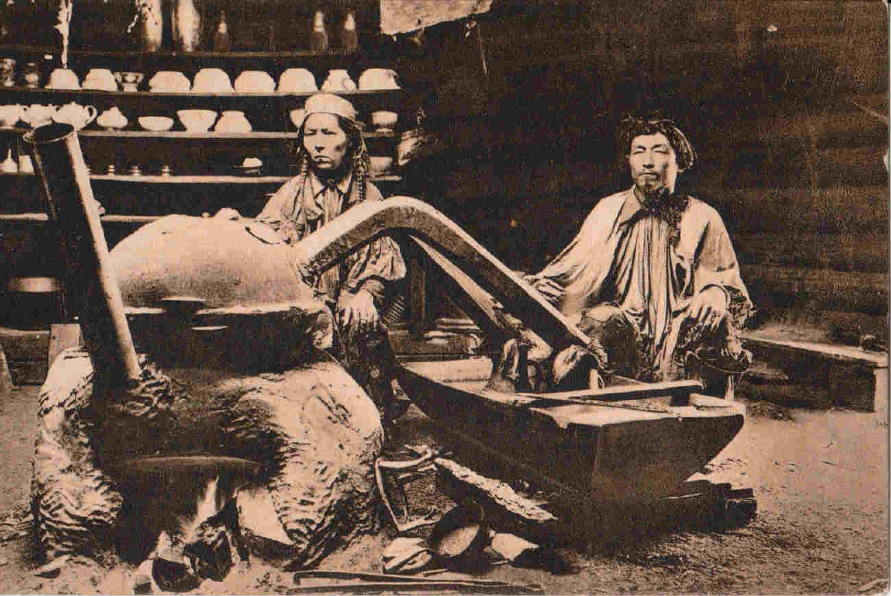 Окрестности города. Минусинские инородцы. В юрте качинца. За приготовлением   арага  (вина)