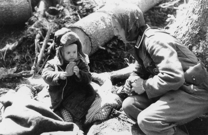 Немецкий солдат и мальчик.