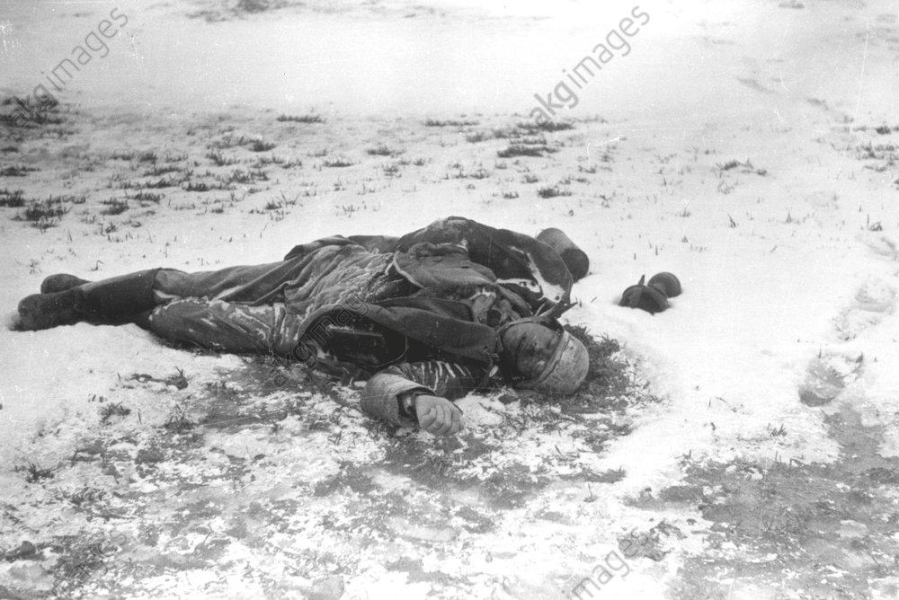Ostfront/Gefallener dt. Soldat, um 1945. - Body of a German soldier / E.Front /1945 -