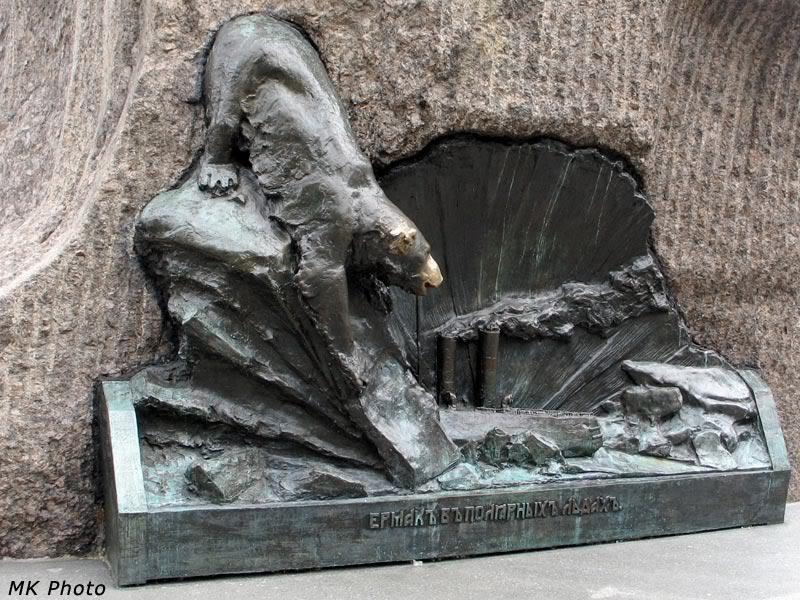 Тощий медведь у основания памятника