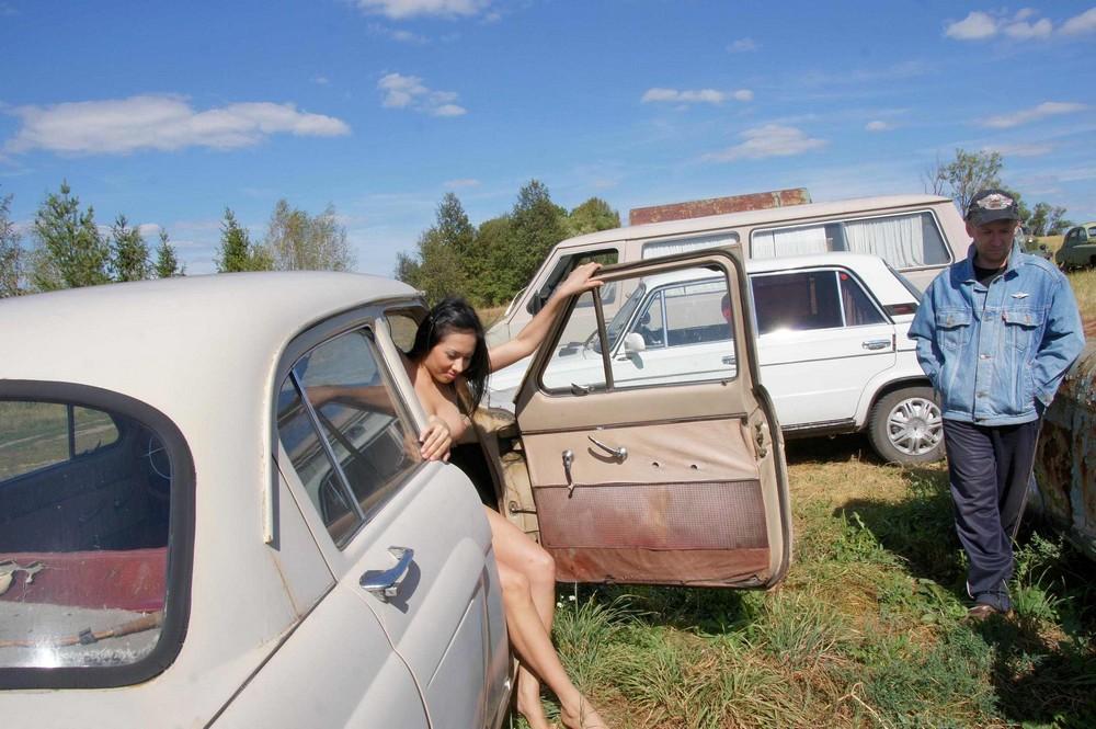 Голая Рада среди старых советских машин