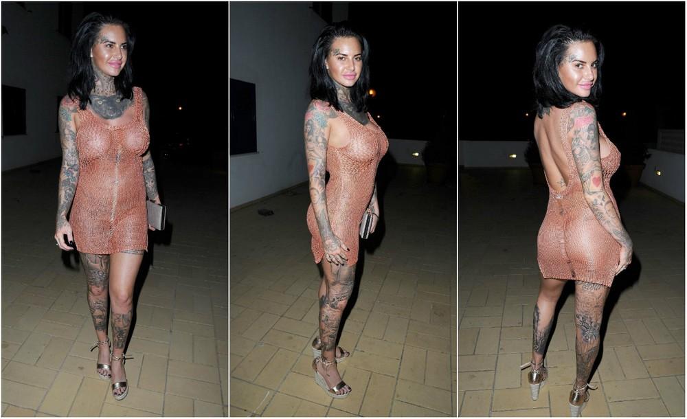 Татуированная Джемма Люси в просвечивающем платье