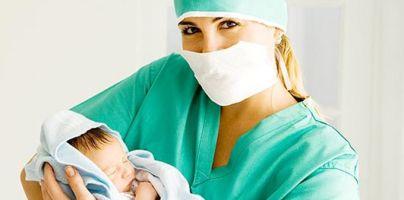 5 мая день акушерки. Медсестра показывает ребенка