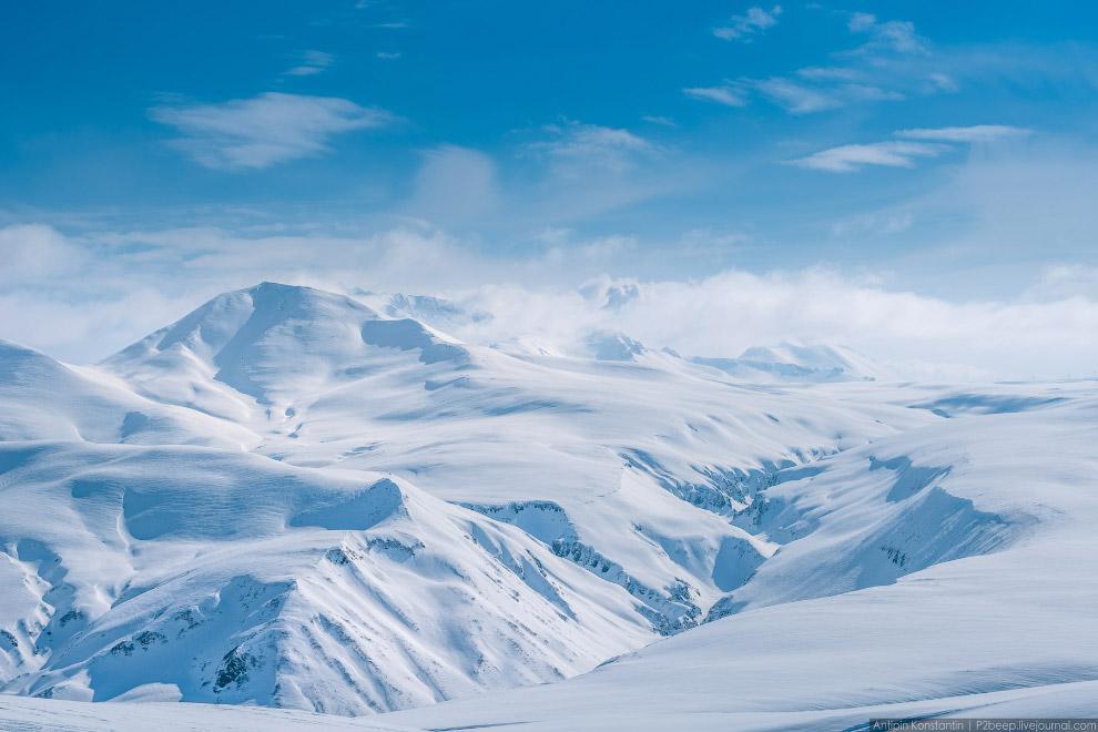 15. Кого-то засыпало, но на перевале из-за ветра слой снега гораздо меньше, чем в долине.
