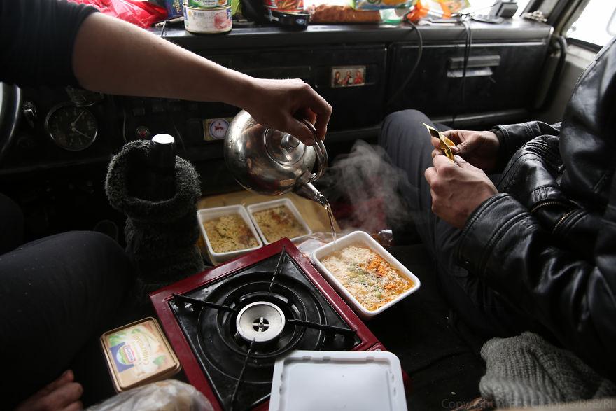 Еду готовили на маленькой газовой плите.