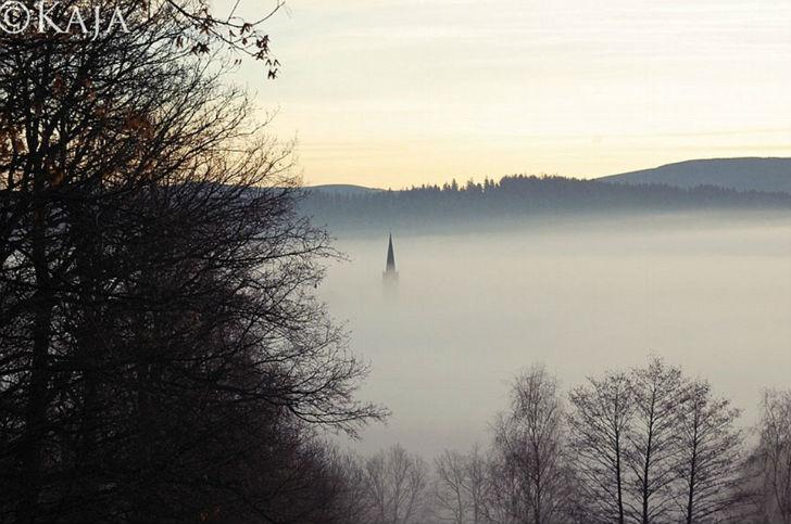 Версия дочери. На фотографии — едва выглядывающий из тумана пик церкви.
