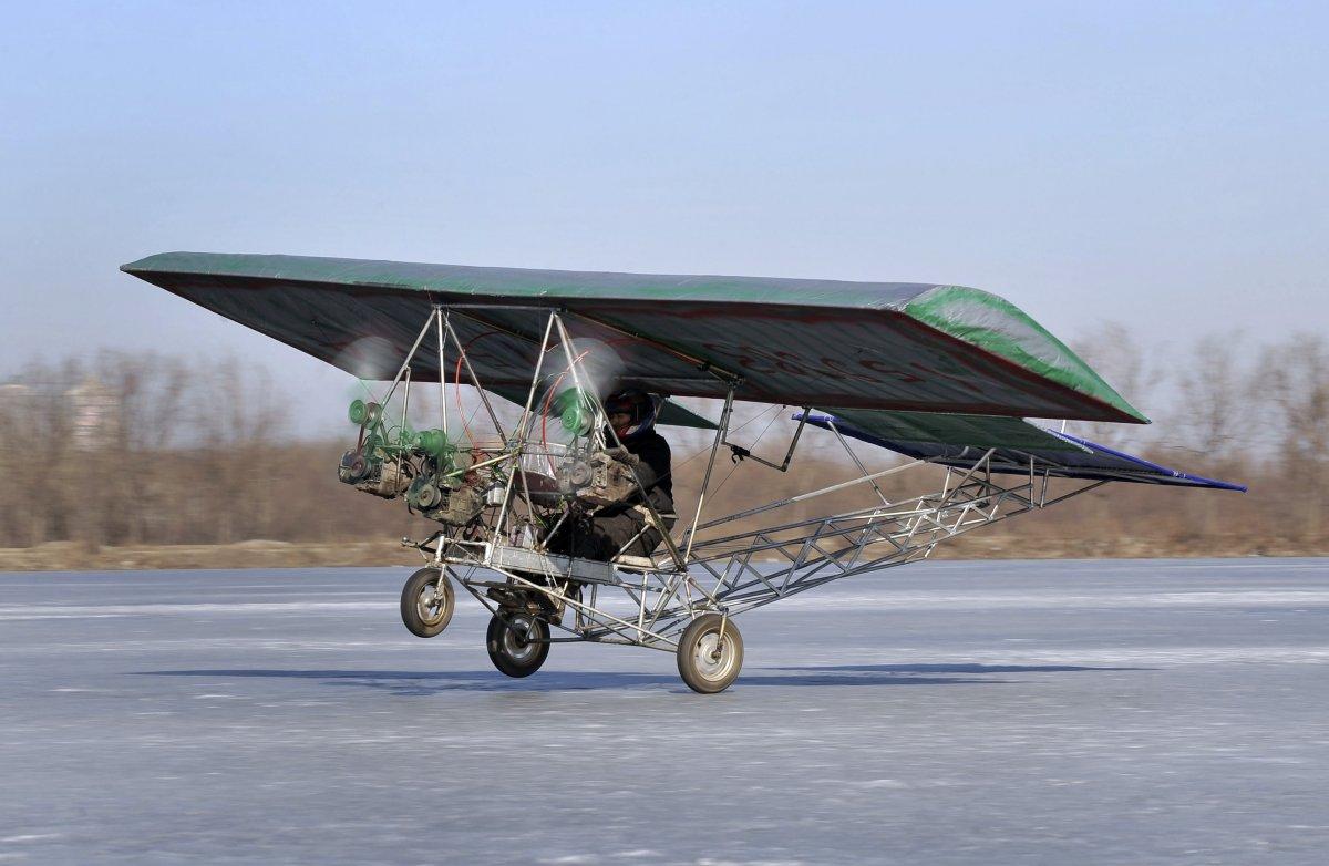 20. Автомеханик Дин Шилу проводит испытания своего самодельного летательного аппарата на замерзшем в