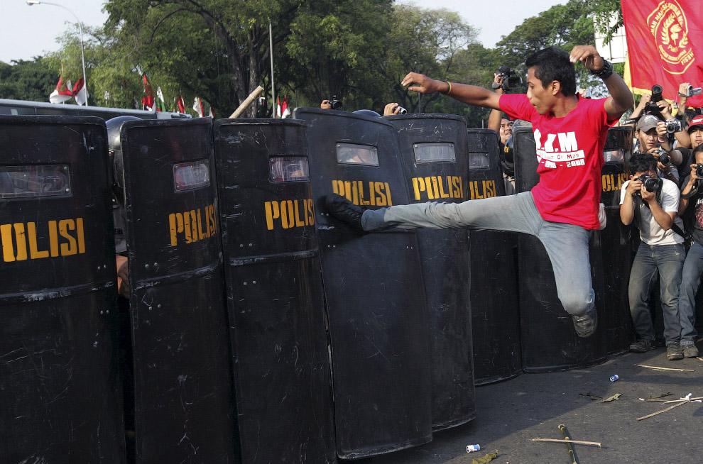 20. Прикрываясь ребенком, как щитом. Протесты в Манаусе, Бразилия, 11 марта 2008. (Фото Luiz Va