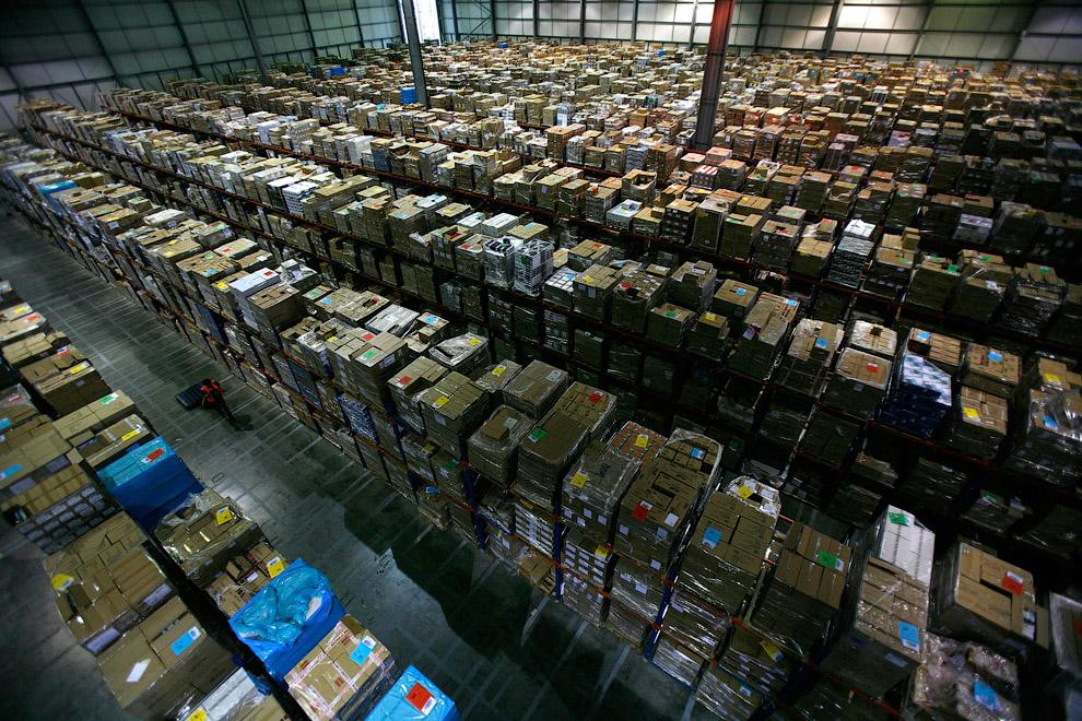 Конечно, такие огромные склады с бесконечным количеством товара производят впечатление. (Фото R
