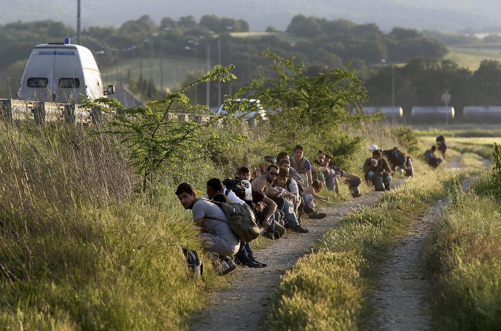4. Пакистанские мигранты в бурном море между Грецией и Турцией, 30 мая 2015. Нужно большое везе