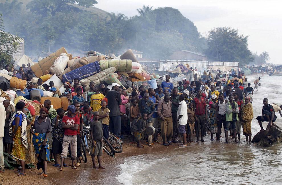 22. Пешком по шпалам в Италию. Житель Южного Судана, 28 апреля 2015. (Фото Yannis Behrakis | Re