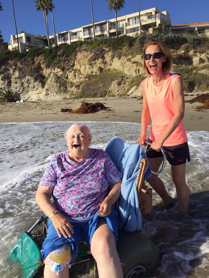 Бабушка хотела увидеть океан в последний раз перед тем, как попасть в хоспис. Ее радость написана на