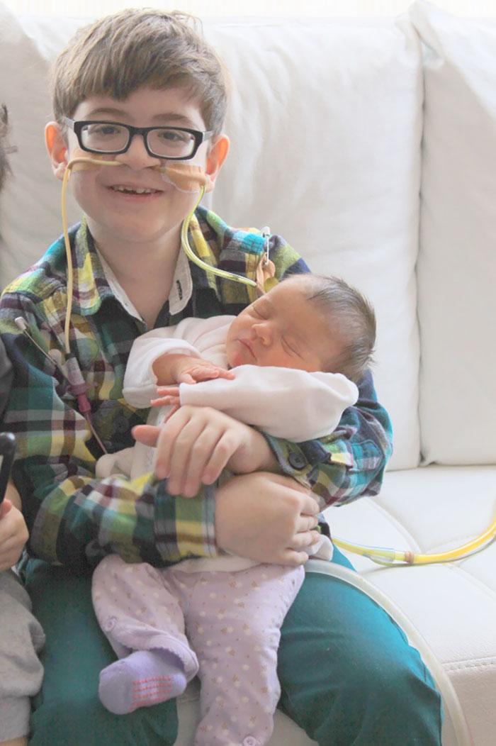 Умирающий мальчик в последний раз оказывается у себя дома, чтобы подержать на руках новорожденную се