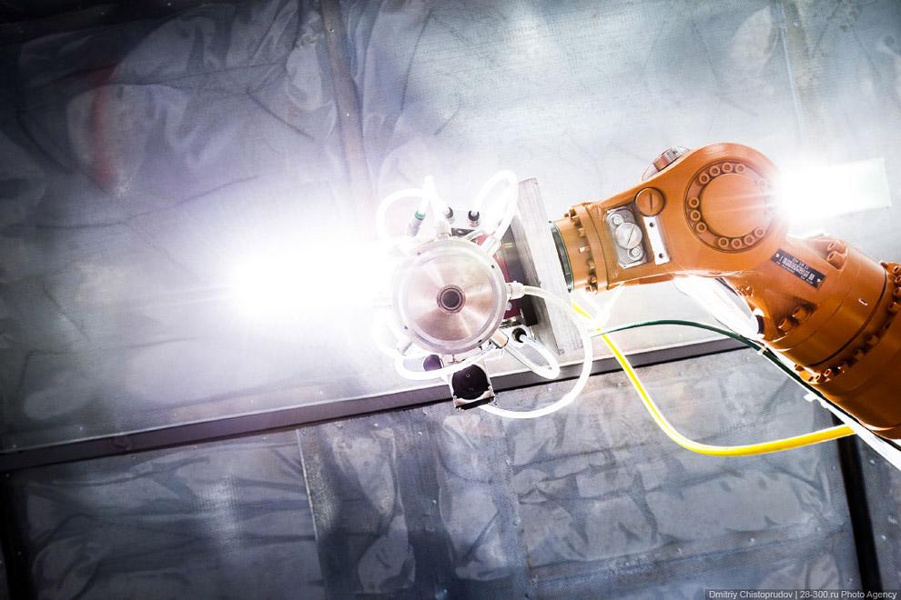 На фотографии хорошо видно две кромки рабочей лопатки паровой турбины — изношенную и восстановл