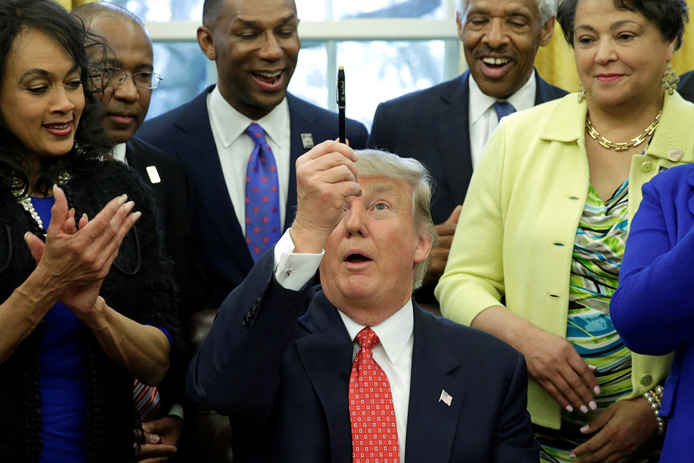 18. Фирменный жест Трампа, 28 февраля 2017. (Фото Jim Lo Scalzo | Reuters):