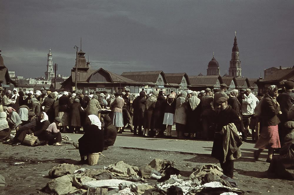 3. Торговля на Центральном рынке. На фоне видны купола Благовещенского собора (справа) и купол Успен