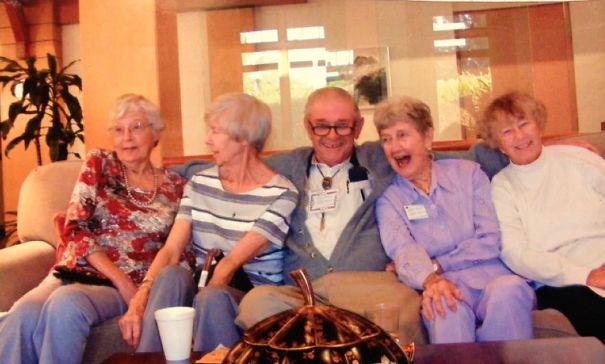 Дедушка поселился в доме для престарелых, но времени зря не теряет.
