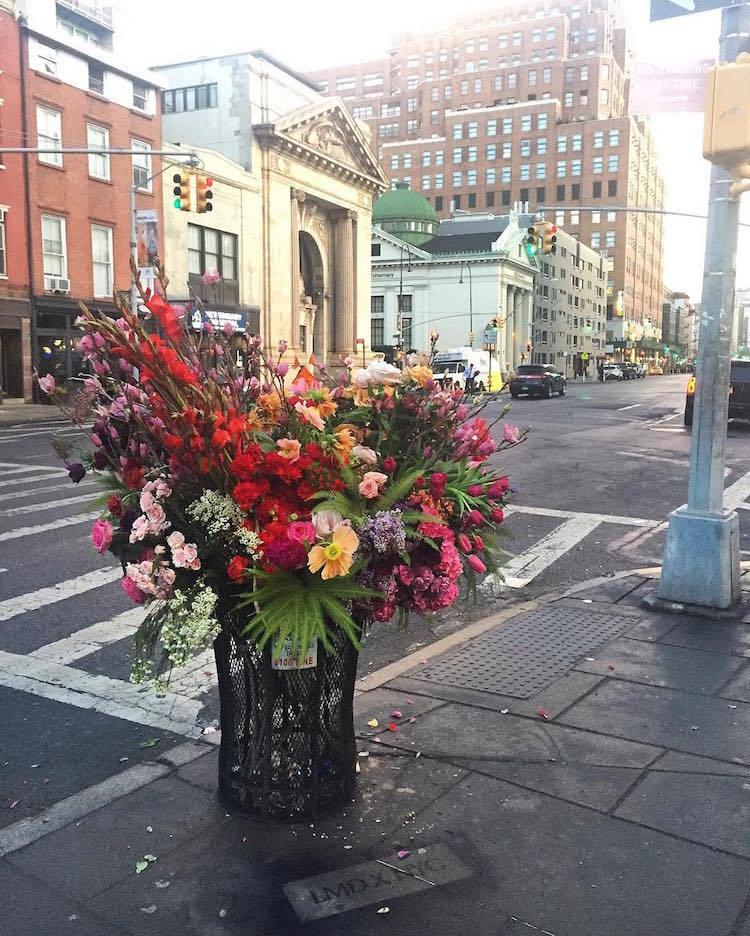 Флорист из Нью-Йорка превращает урны для мусора в роскошные вазоны для цветов (13 фото)