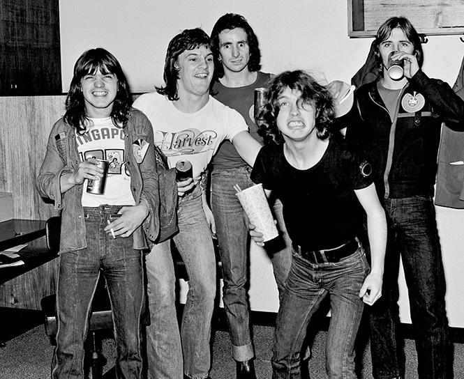 AC/DC Популярная австралийская группа, пионеры хард-рока и хеви-метала. Участники коллектива утвержд