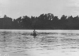 Участник состязаний в лодке.