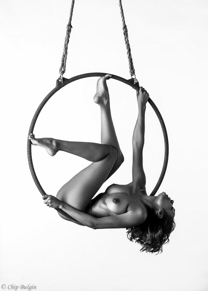 Обнаженная гимнастика в воздухе / St.Merrique nude by Chip Bulgin - Lyra