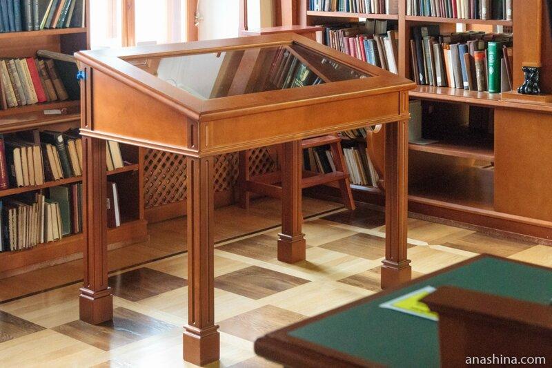Стол с рукописями