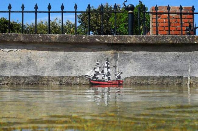 A arte urbana de Jamie Scanlon completa a paisagem.