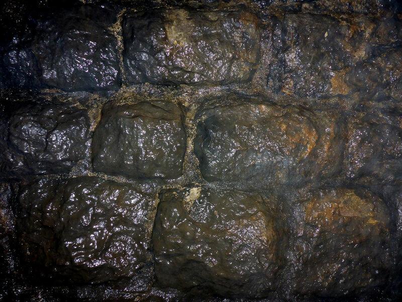 мокрые стены заброшенного туннеля